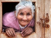 une vieille dame dans les andes photo de voyage