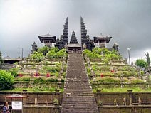 Photo du temple de Besakih qui est le plus grand temple hindouiste de Bali.