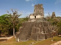 photo du Temple des Masques de Tikal au milieu de la jungle du Petén