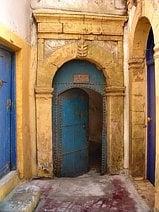 Une porte essaouira photo de voyage for Vitre au dessus d une porte